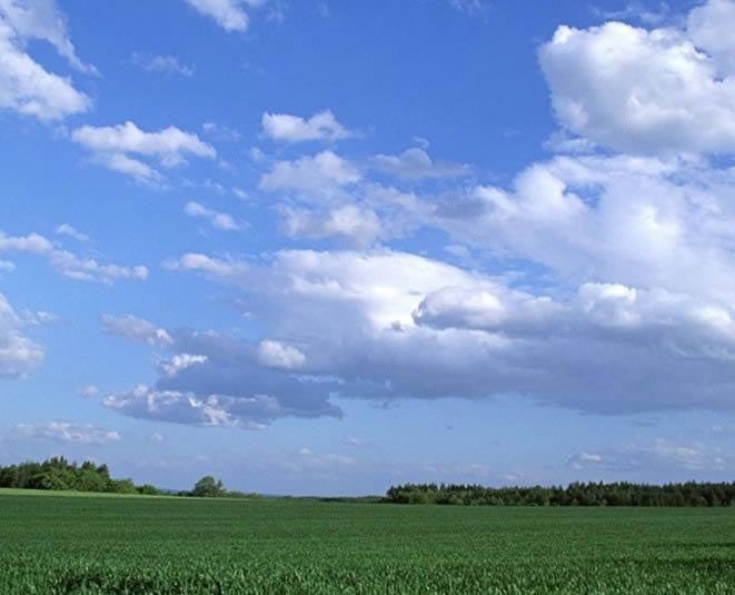 imagen Granja verde y cielo azul, en Cielos - Objetos paisajísticos
