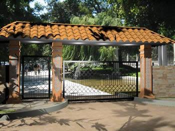 Portico de acceso vehicular y peatonal a recinto. 3d, en Accesos – Proyectos